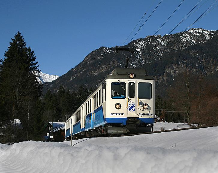 Ein herrlicher Wintertag in einer Urlaubsgegend: Ein Tal-Triebwagen der Zugspitzbahn hat am 5.02.2011 gerade Grainau in Richtung Garmisch-Partenkirchen verlassen.