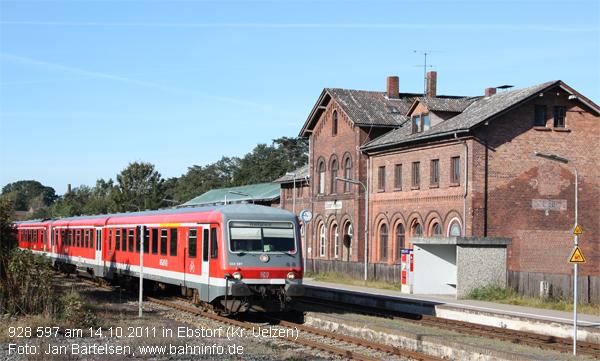 928 597 ist am 14.10.2011 als Regionalbahn zwischen Bremen und Uelzen unterwegs und fährt in den Bahnhof Ebstorf (Kr. Uelzen) ein. Ab dem Fahrplanwechsel im Dezember 2011 wird diese Aufnahme historisch sein. Denn dann übernimmt die OHE mit LINT 48 den Betrieb.