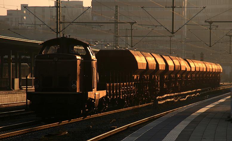 V 100 1365 der BayernBahn hat am kalten Nachmittag des 13.11.2011 einen Bauzug am Haken und wartet im Münchner Ostbahnhof.