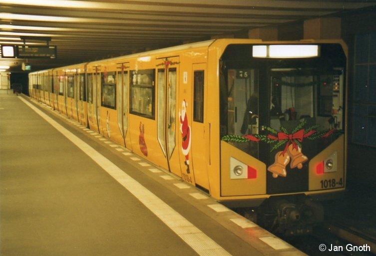 Premiere: Hk 1018 als Weihnachts-U-Bahn anlässlich der 100-Jahr-Feier der Schöneberger U-Bahn am 27.11.2010 in Rathaus Schöneberg. Es war der erste und bislang einzige Einsatz eines Hk-Zuges auf der U4. Die heute als U4 bezeichnete Schöneberger Untergrundbahn Nollendorfplatz - Innsbrucker Platz (damals Hauptstraße) ist am 01.12.1910 eröffnet worden und gehörte anfänglich noch der damals noch eigenständigen Stadt Schöneberg. Die Betriebsführung lag jedoch von Anfang bei der damaligen Hochbahngesellschafft, aus der 1929 die heutige BVG hervor gegangen ist.