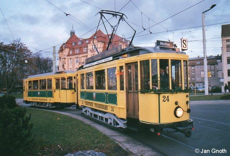 Die aus den historischen Tw 24 und Bw 13 bestehende Cottbuser Weihnachtsbahn ist am 18.12.2011 von Schmellwitz kommend an der Stadthalle  angekommen und fährt gleich in Richtung Ströbitz weiter. BahnInfo wünscht allen Lesern und Freunden eine besinnliche Adventszeit.