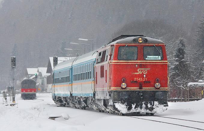 Anfang 2011 sind beide SVG-Loks noch im Einsatz vor ALEX-Zügen zwischen Immenstadt und Oberstdorf. Im Bild 2143.21 bei einer Zugkreuzung in Altstädten, 31.12.2011.
