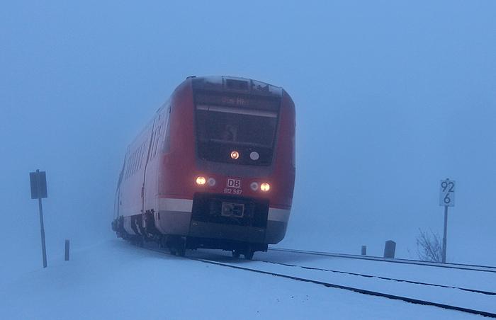 Der Morgen des 27.12.2011 brachte der Region rund um den Alpsee erst mal jede Menge Dunst. 612 587 ist bei Ratholz unterwegs.