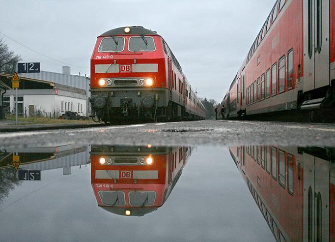 Am 23.12.2011 gab es in Bayern trübes Wetter mit vielen Wolken und etwas Regen. In Schwindegg (Strecke München - Mühldorf) entstand dieses Foto bei einer Zugkreuzung.