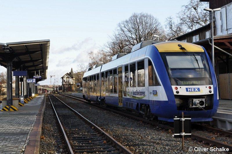 Bei ungewöhnlich hohen Temperaturen für die Jahreszeit ist der Harz-Elbe-Express am 6.1.2012 in Thale Hbf eingefahren. In Kürze wird der Zug als HEX80829 wieder den Rückweg nach Magdeburg antreten.