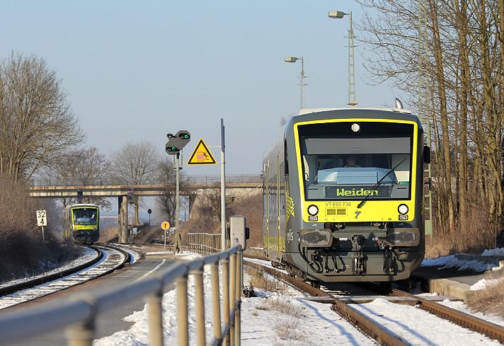 Zwei Regioshuttle von agilis kreuzen am 5.02.2012 im Bahnhof Kemnath-Neustadt (Strecke: Bayreuth - Weiden).