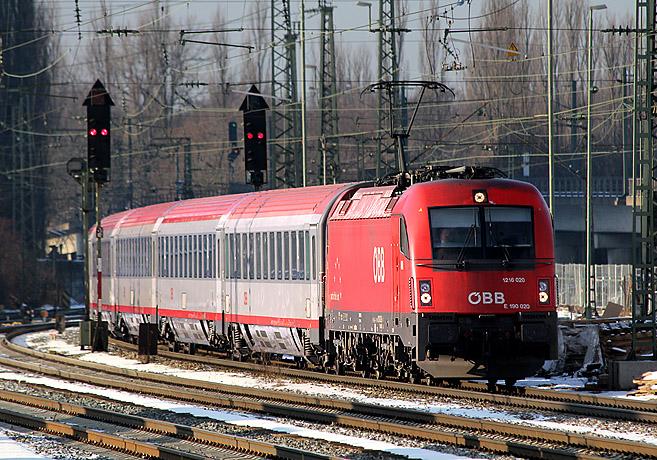 Ein Eurocity-Zug von München nach Italien, bestehend aus österreichischer Lok und Wagengarnitur, fährt am 26.01.2012 in den Münchner Ostbahnhof ein.