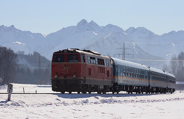 Schon seit einer Weile fährt der ALEX auf dem Abschnitt Immenstadt - Oberstdorf mit Loks der Staudenbahn. Diese Gegenlichtaufnahme von 2143 021 entstand am 15.01.2012 bei Altstädten. Anfang 2012 kam es vor, dass auch