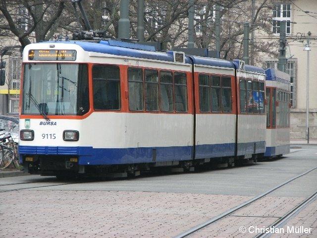 Fußball-Straßenbahn vor dem Hauptbahnhof in Darmstadt am 4. März 2012. Dieser Zug besteht aus einem dreigliedrigen Hochflur-Triebwagen sowie einem moderneren Beiwagen.