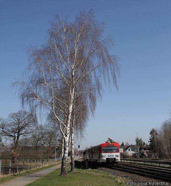 Ein AKN-Triebzug verlässt am 25. März 2012 Tanneneck als A1 in Richtung Hamburg-Eidelstedt. Wegen einer Autobahnsperrung bot die AKN an diesem Sonntag zusätzliche Züge zwischen Kaltenkirchen und Hamburg an, sodass es hier zwischen 9:30 Uhr und 19:00 Uhr zu einem 20-Minutentakt kam.