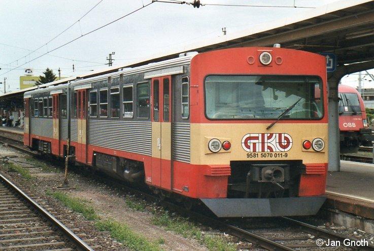 Im Sommer 2010 waren die bei der Graz-Köflacher-Eisenbahn als VT70 bezeichneten VT2E noch im planmäßigen Einsatz, so auch der 5070 011 hier in Graz Hauptbahnhof. Nachdem am 15.11.2011 der planmäßige Einsatz der VT70 bei der GKE endete, konnten seit dem 16.11.2011 immer wieder einige VT70 als äußerste Reserve im außerplanmäßigen Einsatz beobachtet werden. Nicht jedoch der 5070 011, welcher zum Fahrplanwechsel im Dezember 2011 als erster VT70 betriebsunfähig abgestellt worden ist und seitdem auf die weitere Verwertung wartet.