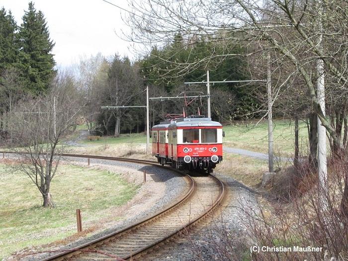 Die Adhässionsstrecke der Oberweißbacher Bergbahn am 10.04.2012 durch sehr romatische Gegend.