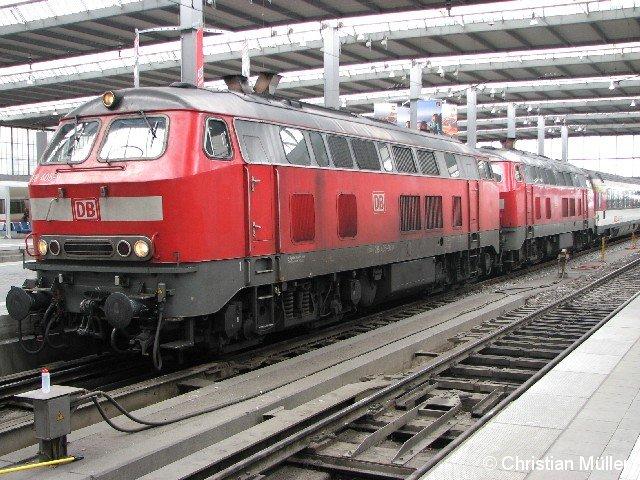 Von Zürich HB gekommener EC 193, bespannt mit zwei Diesel-Lokomotiven der Baureihe 218 im Münchener Hauptbahnhof auf Gleis 21. Aufnahmezeitpunkt: 22. April 2012, 13:32h