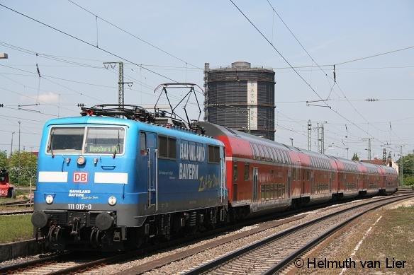 111 017 mit RE aus Nürnberg bei der Einfahrt in den Bahnhof Augsburg-Oberhausen am 19.05.2012
