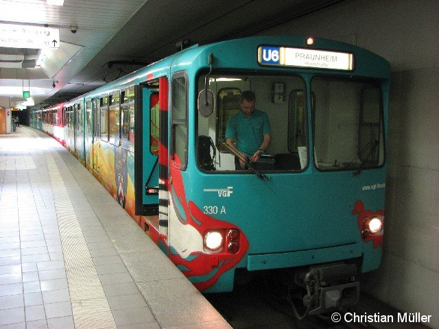 Abgebildet ist ein Zug der Baureihe U2h an der Endstation