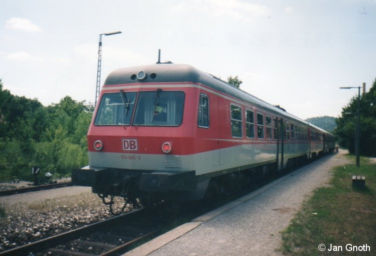 614 045 im Sommer 1996 noch in pop-orangener Farbgebung in Simmelsdorf-Hüttenbach. Ein Jahr später 1997 wurde 614 045/046 modernisiert und dabei als erster 614 in verkehrsrot umlackiert.
