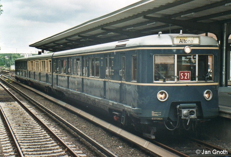 Anlässlich des 850jährigen Bestehens des Stadtteils Bergedorf wurde am 02.06.2012 der 471 082 von 1958 zwischen der Hamburger Innenstadt und Bergedorf zum HVV-Tarif eingesetzt, hier beim Kehren am Bahnsteig in Bergedorf.
