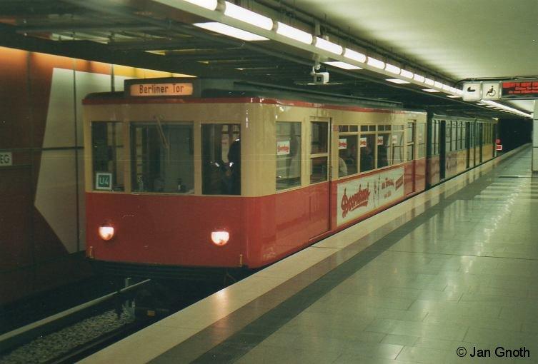 T(U)-Wagen auf Hamburgs neuer U-Bahnlinie 4? Nein, was auf dem Bild wie eine heimliche Fahrt auf der U4 aussieht, war in Wirklichkeit eine Sonderfahrt mit den T(U)-Wagen am 30.01.2012, bei der auch ein Fotohalt auf dem neuen Gleis der U4 in Jungfernstieg eingelegt worden ist. Damit das ganze auch noch täuschend echt aussieht, wurde TU1 8838 auch noch mit 1967 eingeführten Liniensteckschild als U4 nach Berliner Tor beschildert.