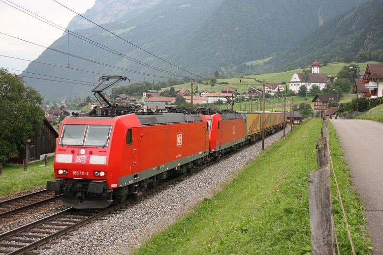 185 111 und 185 xxx mit einem KLV der Firma Nothegger auf der Fahrt von Deutschland nach Italien auf der Gotthardstrecke bei Silenen.