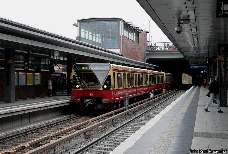 Wegen Sperrungen des Ostringes wurden im April 2012 die Linien S41/ 42 und S8/ 9 verbunden. Die aus Berlin-Schönefeld Flughafen bzw. Grünau kommenden Züge verkehrten über Neukölln, Westkreuz und Jungfernheide nach Berlin Gesundbrunnen, wo sie wieder auf ihre angestammte Linienführung über Bornholmer Straße nach Pankow/ Birkenwerder wechselten.  Ein Zug der Linie S8 steht am 2. April abfahrbereit in Berlin Gesundbrunnen.