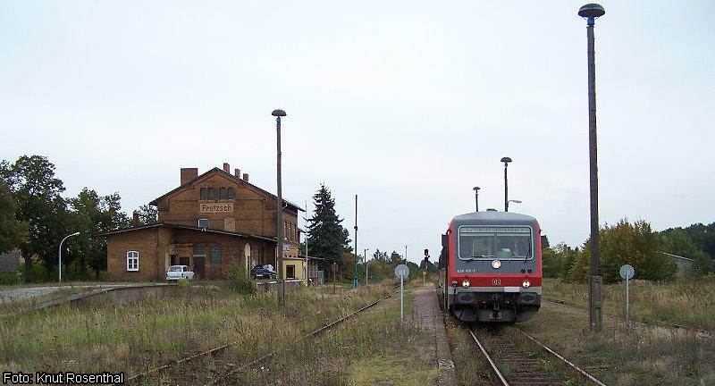 Es sind die letzten drei Monate des bestellten Schienenpersonennahverkehrs, als 628 601 am 9. September 2007 als RB 26413 auf dem Weg von Bad Schmiedeberg nach Lutherstadt Wittenberg in Pretzsch hält. Im Dezember desselben Jahres wurde der Verkehr durch das Land Sachsen-Anhalt abbestellt.   Mittlerweile führt die Busgesellschaft Vetter hingegen wieder einen eingeschränkten Bahnverkehr mit teilweiser Unterstützung des Landes durch.