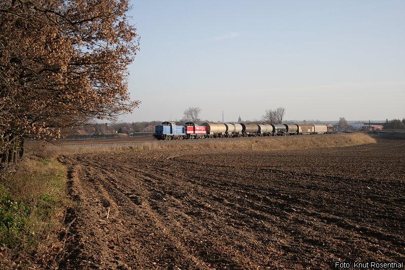 Der regionale Güterverkehr in der Prignitz wird durch die Eisenbahngesellschaft Potsdam erbracht. Diese führt von Montag bis Freitag täglich einen Güterzug von und zur Anschlussstelle Liebenthal (Prignitz). Auf der Rücktour fährt der Zug bis Wittstock, um dort nach einer anschließenden Wende wieder nach Wittenberge aufzubrechen.  212 272 und 212 024 sind am 30. November 2011 gerade wieder auf dem Rückweg nach Wittenberge und haben Wittstock soeben hinter sich gelassen.