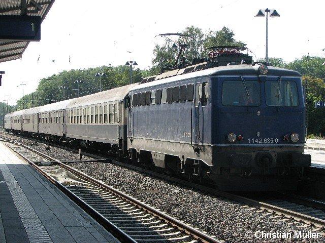 Von der E-Lok 1142.635-0 gezogener historischer Leerzug im Bahnhof Günzburg am 6.9.2012.