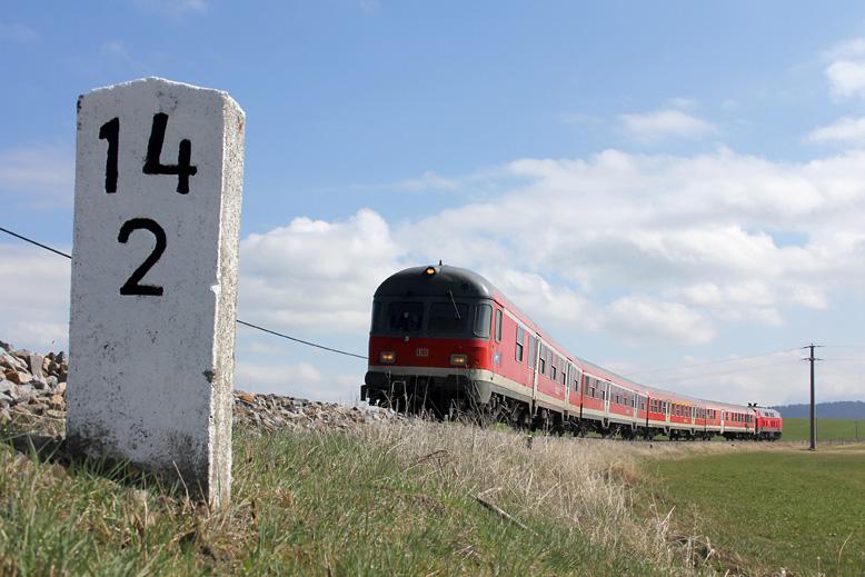 Steuerwagen voraus geht es von Füssen nach München. Aufnahme bei Seeg am 1.04.2012.