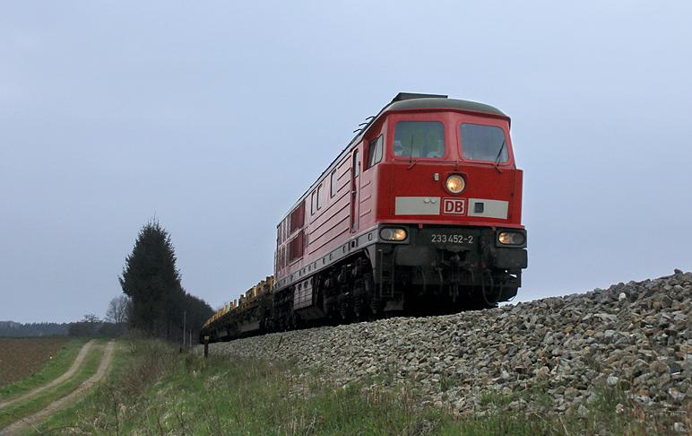 Dieser Güterzug bleibt in Erinnerung als letzte Planleistung der Kemptener Ludmillas. 233 452 wurde am 13.04.2012 zwischen Kaufering und Geltendorf aufgenommen.
