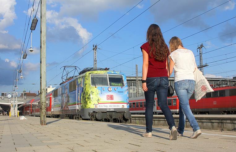 111 066 wartet mit ihrem Zug nach Mittenwald im Münchner Hauptbahnhof auf Fahrgäste. Die abgebildeten Personen sind mit Anfertigung und Veröffentlichung der Aufnahme einverstanden.