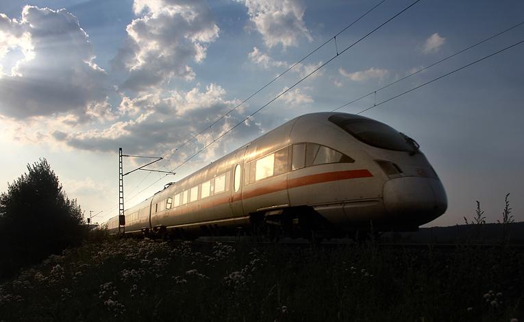 Abendatmosphäre an der viel befahrenen Strecke Nürnberg - Regensburg: Am 26.07.2012 wurde ein ICE bei Pölling aufgenommen.