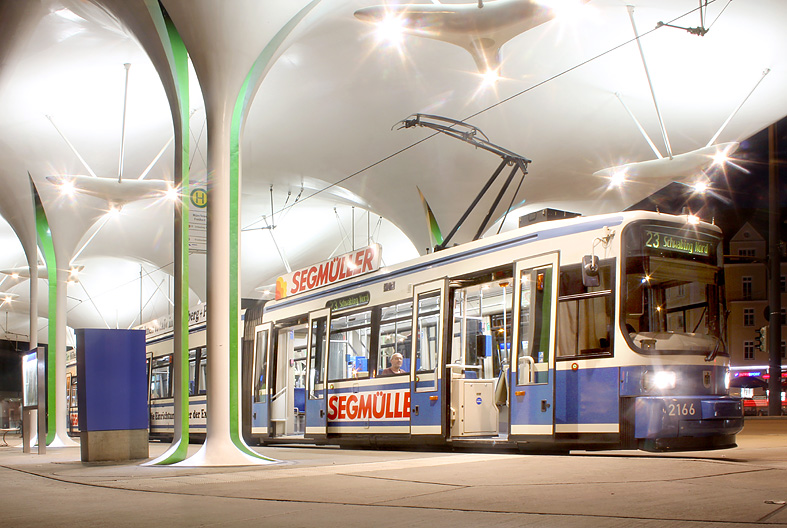 Abendatmosphäre in Schwabing: Eine Tram der Linie 23 wartet an der Münchner Freiheit.