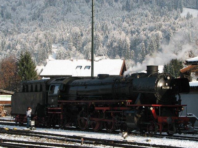 Dampflokomotive 042 018-2 am Bahnhof