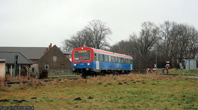 Immer was neues in der Prignitz: Seit 7. Januar 2013 kommt der ehemalige VT 43 der Sächsisch-Böhmischen-Eisenbahngesellschaft bei der Eisenbahngesellschaft Potsdam zum Einsatz. Am 8. Januar 2013 ist er unterwegs nach Putlitz als er Kuhbier durchfahren hat.