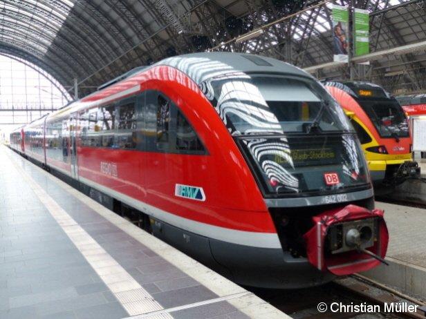 Aus zwei Garnituren der Baureihe Desiro bestehender Dieseltriebzug Richtung Glauburg-Stockheim im Frankfurter Hauptbahnhof am 20.4.2013. Rechts daneben auf dem Bild ist ein Flinker, Leichter, Innovativer RegionalTriebzug, kurz FLIRT nach Siegen zu sehen.