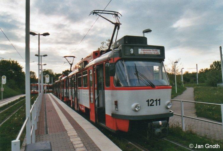 Halle/Saale: Im letzten Tageslicht des 10.05.2013 ist dieser Tatra T4-Großzug an der Endstelle der Linie 2 Soltauer Straße angekommen und wird gleich zum Betriebshof Freiimfelder Straße aussetzen.