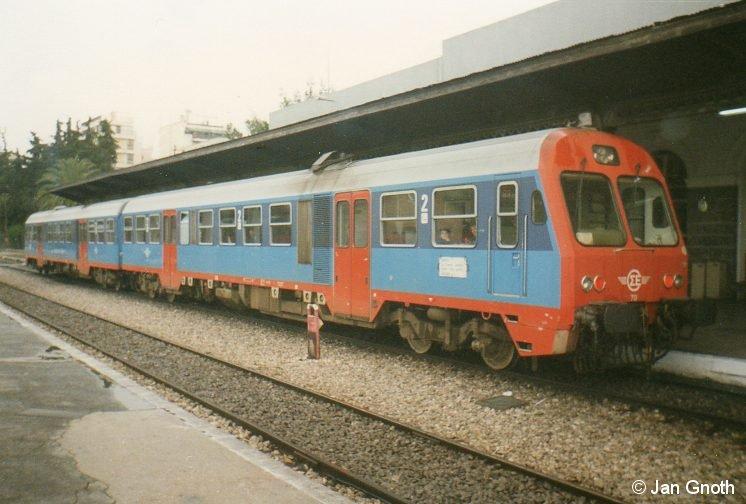 Ein Triebzug der Baureihe 620 steht am 06.01.1997 in Athen Stathmos Larissa zur Abfahrt nach Chalkida bereit. Die OSE-Baureihe 620 wurde in Griechenland aus von Deutschland importierten Bauteilen der DB-Baureihe 628 zusammengesetzt. Allerdings ist die OSE-Baureihe 620 im Gegensatz zur DB-Baureihe 628 auf beiden Wagen angetrieben, so dass die OSE-Baureihe 620 mehr der DB-Baureihe 629 als 628 entspricht. Ansonsten ist die Herkunft der einzelnen Baugruppen der OSE-Baureihe 620 nicht zu übersehen und nicht zu überhören, die Fahreigenschaften der OSE-Baureihe 620 stimmen komplett mit denen der DB-Baureihen 628 und 629 überein.