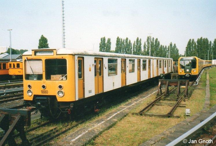 Bei der Fahrzeugausstellung beim Tag der offenen Tür in der U-Bahn Betriebswerkstatt Friedrichsfelde anlässlich des 100jährigen Bestehens der Berliner U-Bahn am 25.08.2002 war am Rande auch der als Ersatzteilspender dienende E3 1880/81 zu sehen. Im Jahre 2007 wurde das Fahrzeug verschrottet.