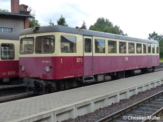 Verbrennugstriebwagen 187 012 0 der Harzer Schmalspurbahnen in Gernrode. Dessen Fahrgastraum enthält Holzbänke mit der Platzanordnung