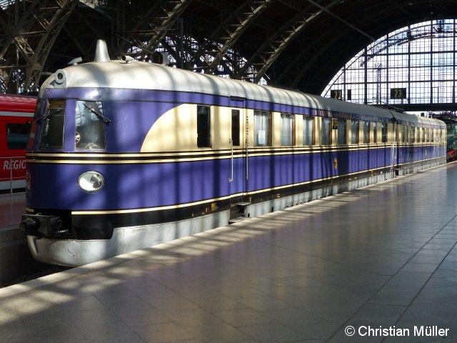 Im Leipziger Hauptbahnhof auf Gleis 24 nahe dem Parkhaus Ost ausgestellter SVT 137 225 (Bauart Hamburg), aufgenommen am 17 September 2013. Es handelt sich um eine Leihgabe der Freizeitgruppe