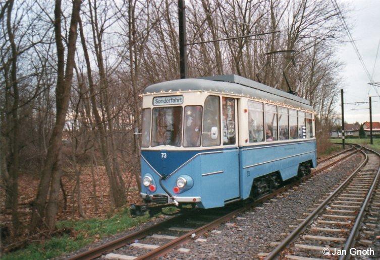 Der historische Tw 73 der Schöneicher-Rüdersdorfer-Straßenbahn als Adventsbahn am 07.12.2013 an der Endhaltestelle der Tram 88 in Alt-Rüdersdorf.