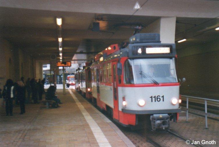 Anlässlich des letztmaligen planmäßigen Einsatz der modernisierten Tatra T4D am 28.11.2013 veranstalteten die Halleschen Straßenbahnfreunde e.V. am Sonnabend 30.11.2013 eine Fotosonderfahrt durch das Hallesche Straßenbahnnetz, bei der auch Strecken befahren worden sind, wo die Tatra T4D schon lange nicht mehr planmäßig eingesetzt worden sind. Auf dem Bild ist der aus 1161-1154-212 bestehende Sonderzug am Hauptbahnhof angekommen, wo die Fahrt endete und der Zug von dort aus leer zum Betriebshof Freiimfelder Straße aussetzte.