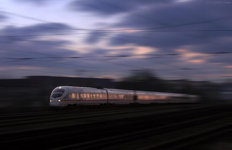Mit Tempo durch die Abenddämmerung - aufgenommen am 2.12.2013 am Haltepunkt Hirschgarten. Dieser ICE-T wird in Kürze München Hbf erreichen.