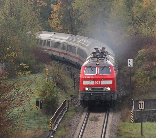 Am 19.10.2013 wurden wegen Bauarbeiten alle Fernzüge der Relation München - Salzburg über Mühldorf umgeleitet. Diese Aufnahme entstand an der südlichen Einfahrt von Garching an der Alz.
