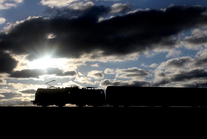 Sonne, Wolken und Regenschauer wechselten am 12.05.2013. Die Umrisse eines Regionalzugs aus Treuchtlingen nach München wurden bei Hebertshausen aufgenommen.