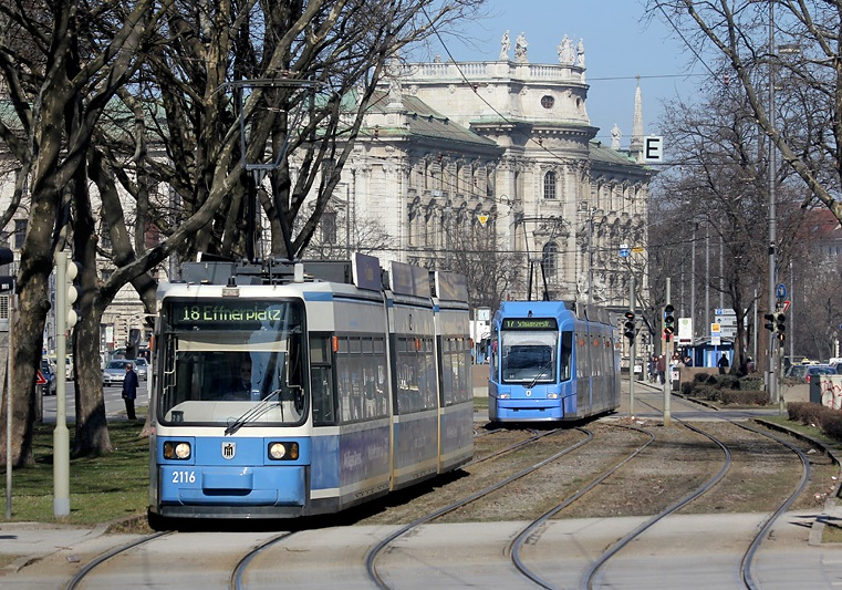 Karlsplatz (Stachus) ist der zentrale Punkt des Münchner Straßenbahnnetzes - entsprechend dicht hintereinander fahren hier die Trams der verschiedenen Linien. Die Aufnahme entstand am 4.03.2013.