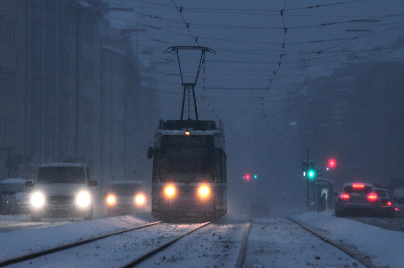 Ein trüber Winterabend in München... Diese Tele-Aufnahme entstand am 17.01.2013 an der Straßenbahnlinie 12 von einer Verkehrsinsel aus. Bald ist die Endstation Scheidplatz erreicht.