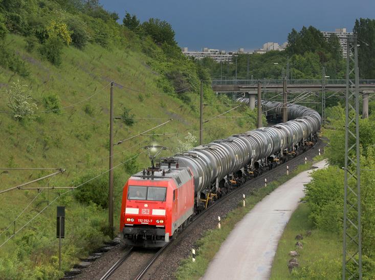 Unmittelbar nach einem Regenschauer durchfährt 152 052 am 21.05.2013 mit einem Kesselwagenzug den Rangierbahnhof München-Nord.