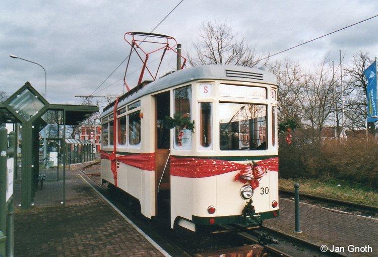 Der historische Tw 30 der Dessauer Verkehrsgesellschaft steht am 22.12.2013 am südlichen Endpunkt der Linie 1 an der Tempelhofer Straße als Adventsbahn zur nächsten Abfahrt durch das gesamte Dessauer Straßenbahnnetz bereit.
