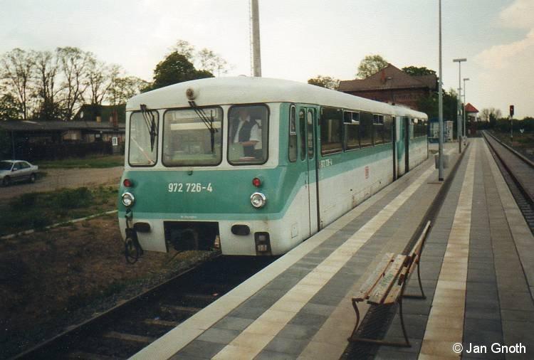 Im Jahr 2000 waren auf der RB 55 zwischen Hennigsdorf und Kremmen noch Ferkeltaxen im Einsatz. Auf dem Bild ist die aus 772 126 und 972 726 bestehende Garnitur soeben im Kremmen eingetroffen und wird nach ca. halbstündigen Aufenthalt nach Hennigsdorf zurück fahren.